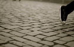 Einsamer Fuß in Schwarzweiss Stockfoto