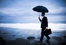 Einsamer Geschäftsmann Walking durch den Strand Stockbilder