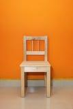 Einsamer hölzerner Stuhl Stockfotografie