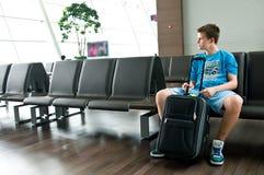 Einsamer jugendlich Junge am Flughafen Lizenzfreie Stockbilder