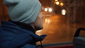 Einsamer junger Mann reitet in eine Tram in der Nacht stock video