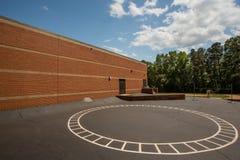 Einsamer leerer Schulhof Stockbild