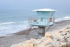Einsamer Leibwächterkontrollturm auf Strand Lizenzfreie Stockfotografie