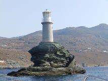 Einsamer Leuchtturm im Meer lizenzfreie stockfotos