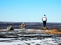Einsamer Mann auf die Oberseite eines Berges in Kuujjuaq, lizenzfreies stockbild