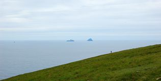Einsamer Mann, der das Meer betrachtet Lizenzfreie Stockfotografie