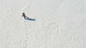 Einsamer Mann, der in die schneebedeckte arktische Wüste geht Ansicht von oben Einsamkeit und Überwindung stock footage