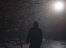 Einsamer Mann im Nebel nachts Stockbilder