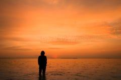 Einsamer Mann im Sonnenaufgang Lizenzfreies Stockfoto