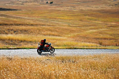 Einsamer Motorrad-Mitfahrer Stockfotografie
