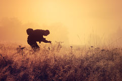 Einsamer Nebel der Person morgens. Lizenzfreies Stockbild