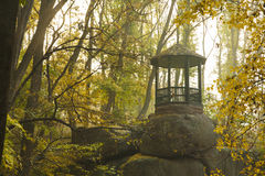 Einsamer Pavillon im alten Herbstpark Stockbild
