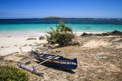 Einsamer Pirogue, die 3 Buchten, Diego Suarez, Diana, Madagaskar lizenzfreie stockfotos