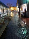 Einsamer regnerischer Gehweg in Georgetown lizenzfreie stockfotos