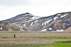 Einsamer Reisender bei Landmannalaugar, Island Stockbild