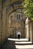Einsamer Reisender in der alten Stadt von Jerusalem Stockbilder