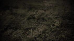 Einsamer Reisender geht gegen den Hintergrund einer Zombieapocalypse Schädel und Knochen auf dem Hintergrund von Ruinen stock footage