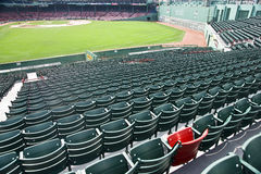 Einsamer roter Sitz am Fenway Park in Boston, MA Lizenzfreies Stockbild