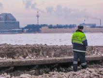 Einsamer russischer Verkehrspolizist Stockfoto
