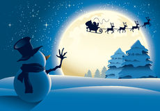 Einsamer Schneemann, der zum Sankt-Pferdeschlitten wellenartig bewegt Stockbilder