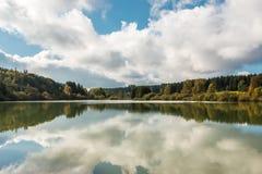 Einsamer See und Reflexionen Stockfotografie