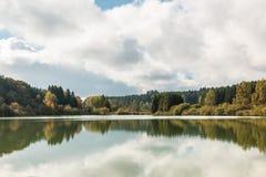 Einsamer See und Reflexionen Lizenzfreie Stockfotos