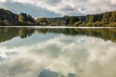 Einsamer See und Reflexionen Lizenzfreies Stockbild