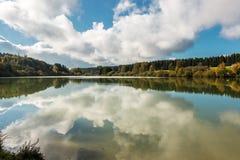 Einsamer See und Reflexionen Stockfoto