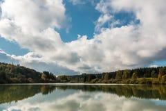 Einsamer See und Reflexionen Lizenzfreie Stockfotografie