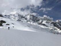 Einsamer Skifahrer auf alpiner Steigung stockfoto