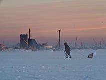 Einsamer Skifahrer mit Schlitten Stockfotos