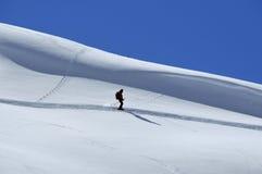 Einsamer Skifahrer weg von der Spur Stockfotografie