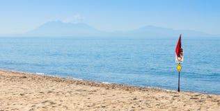 Einsamer Strand mit Warnzeichen der Quallen Lizenzfreie Stockfotografie