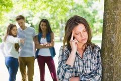 Einsamer Student, der von ihren Gleichen eingeschüchtert wird Stockbild