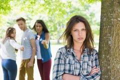 Einsamer Student, der von ihren Gleichen eingeschüchtert wird Stockfotos