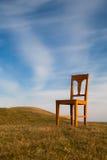 Der alte Stuhl auf dem Golfplatz Lizenzfreies Stockfoto