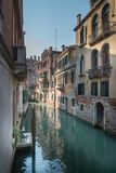 Einsamer Stuhl in Venedig stockfotos