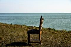 Einsamer Stuhl am Wasser Lizenzfreie Stockfotografie