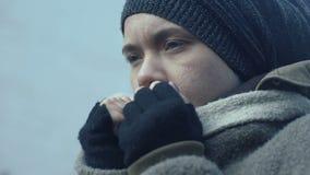 Einsamer weiblicher Flüchtling, der kaltes Freien, Bettlerlebensstil, Hilflosigkeit erleidet stock video