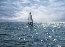Einsamer Windsurfer auf dem Seehintergrund stockfoto