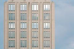 Einsamer Wolkenkratzer lizenzfreies stockbild
