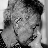 Einsames älteres Frauenporträt Stockfoto