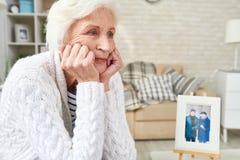Einsames älteres Frauenschreien lizenzfreies stockfoto