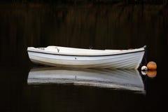 Einsames Boot auf dem See stockbilder