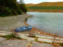 Einsames Boot auf dem Strand Stockfoto
