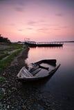 Einsames Boot auf der Querneigung Stockfotos
