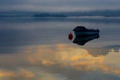 Einsames Boot auf einem See Stockfotos
