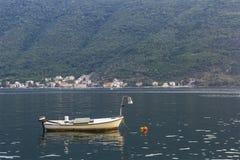 Einsames Boot in der hohen See Stockbild