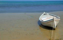 Einsames Boot an der Meerküste Stockbilder