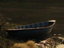Einsames Boot durch das Ufer lizenzfreie stockfotos
